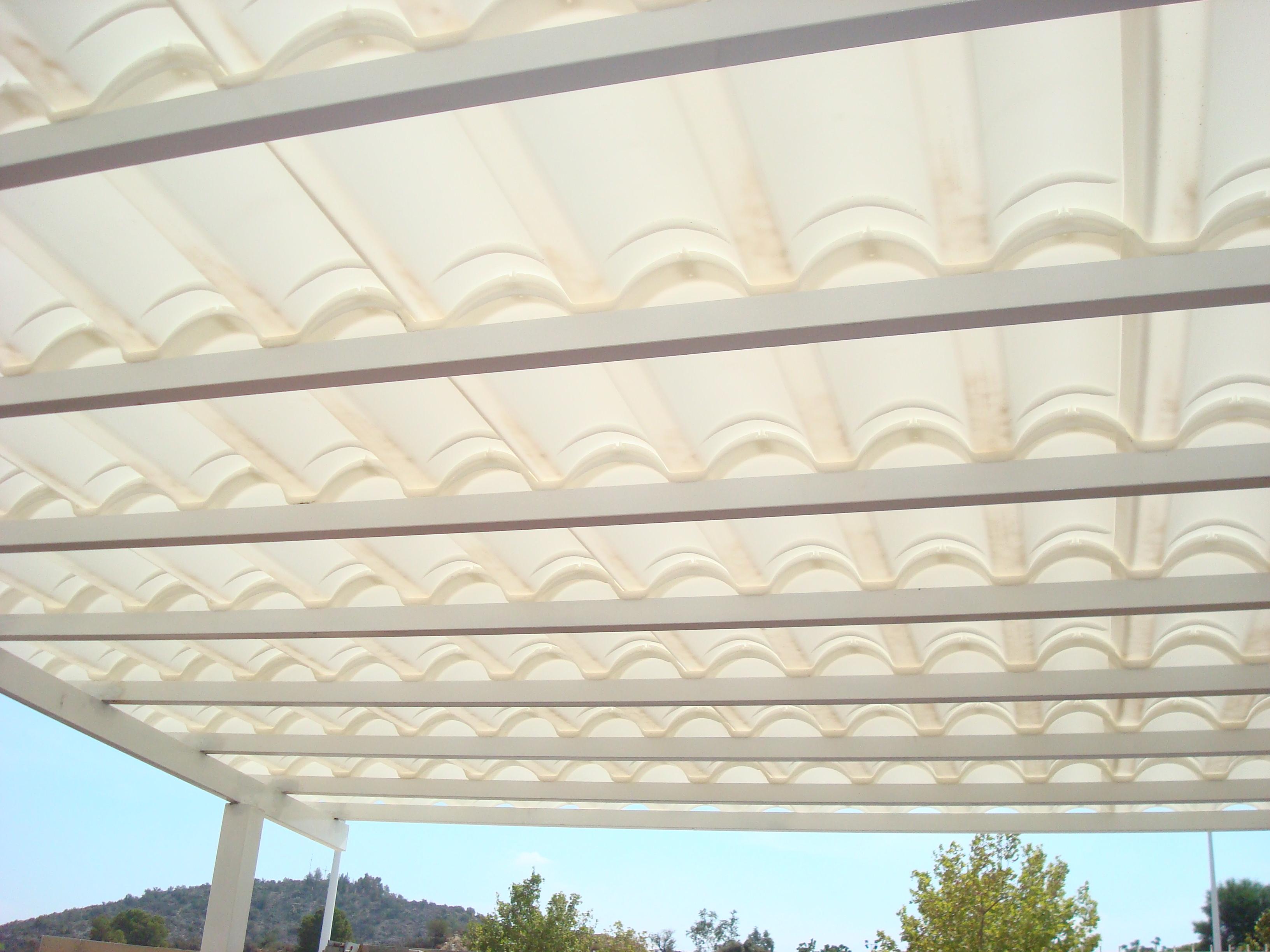 Tejas transparentes ideales para iluminar espacios internos for Plastico para tejados
